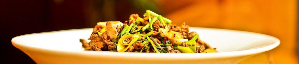 Rindfleisch gebraten mit Zwiebeln und Paprika in Austern-Sauce