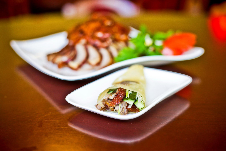 Gegrillte Peking Ente im Pfannkuchen im Restaurant Peking Ente Berlin