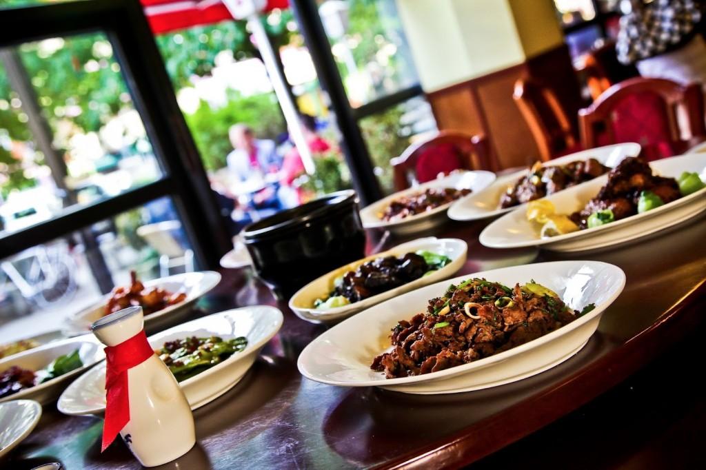 Empfehlung: Essen mit Freunden am großen runden Tisch im Restaurant Peking Ente Berlin